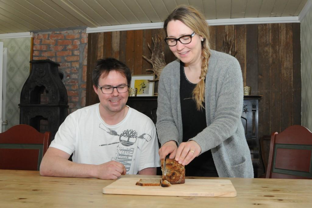 GODT BRØD: Cecilie Røli skjærer næringsrike brødskiver til ektemannen Inge Nilsen.