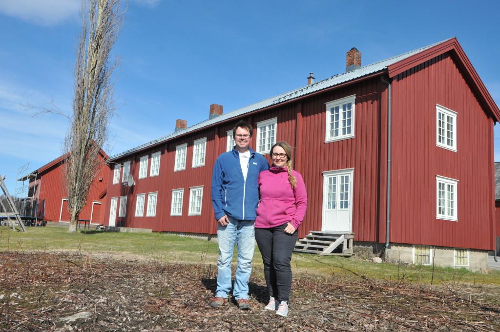 TRIVSEL PÅ GÅRDEN RØLI: Inge Nilsen og Cecilie Røli har funnet seg godt til rette som gårdbrukere og ser positivt inn i framtida med produksjon basert på gårdens ressurser.
