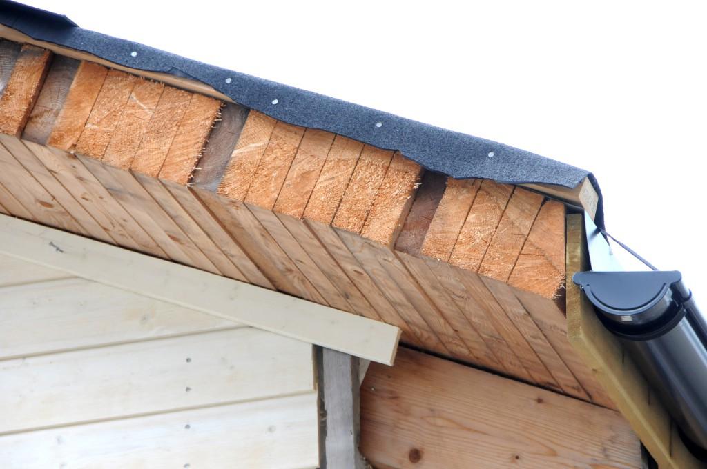 SOLID TAKKONSTRUKSJON: Tett i tett med to tommer ganger seks gir god isolasjon i taket.