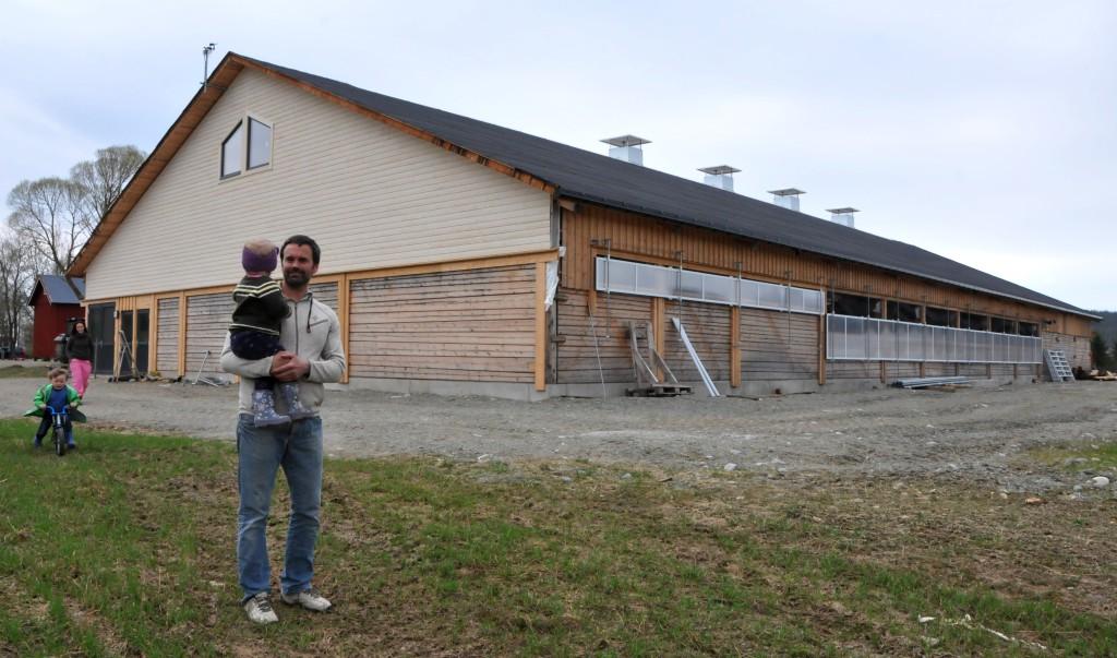 TRADISJONER: Familien på Kjøglum vil få mye glede av den nye driftsbygningen på gården. Gamle byggetradisjoner i en ny drakt.