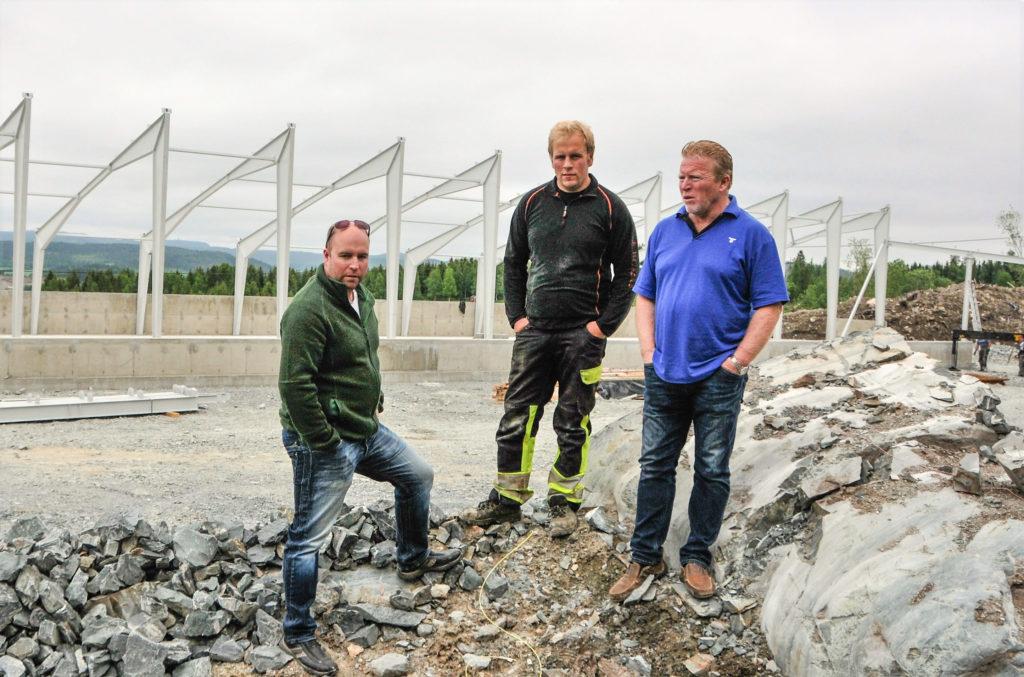 Godt ammekumiljø. Per Tore Bratberg (t.h.) er en mann som framsnakker driftsformen. Sammen med sønnene Petter Lorns (t.v.) og Øystein utgjør de et tyngdepunkt for næringa i Beitstad.