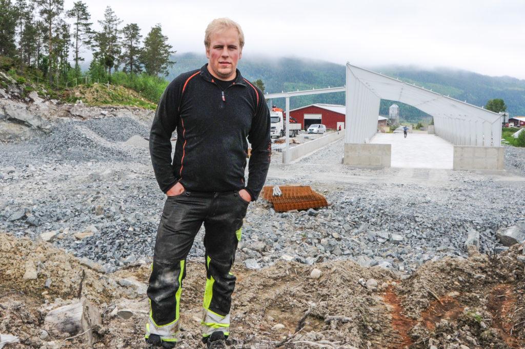 Øystein foran fjøset etter at stålkonstruksjonen fra Danmark har kommet på plass.