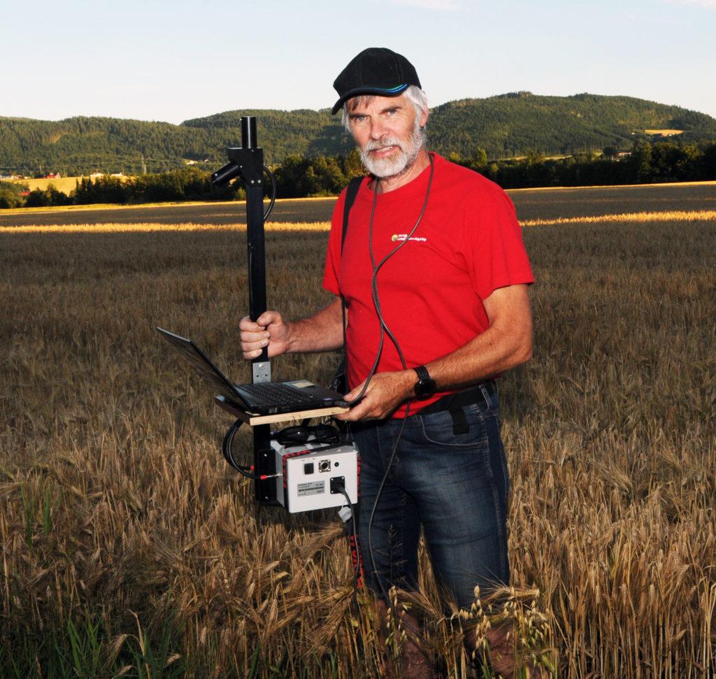 KONTROLLERER NITROGENINNHOLDET: I år er det første driftsår der Jon Olav Forbord kan ta i bruk en Yara N-sensor. Via den kan brukt nitrogen av planten og hvor mye som eventuelt fortsatt ligger ubrukt i jorda kontrolleres.
